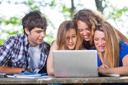 Studenten auf der Suche nach einem Dispokredit am Laptop