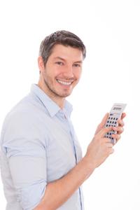 Mann auf der Suche nach einem Konto ohne Mindestgeldeingang