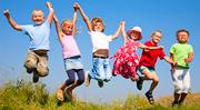 Kinder die in die Luft springen